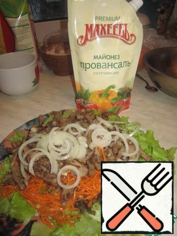 All ingredients gently mix (tongue, lettuce, mushrooms), add carrots (leave a little for decoration), onions (cut into half rings). Add salt and nutmeg. Season with your favorite mayonnaise, decorate. Now, everyone to the table!