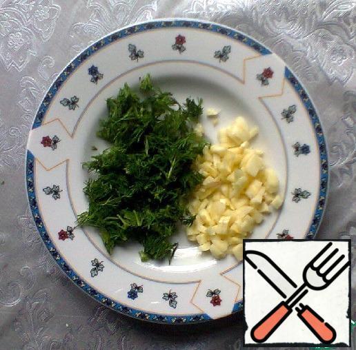 Dill wash under running water, shake, finely chop. Garlic peel, finely chop or crush in a garlic press.