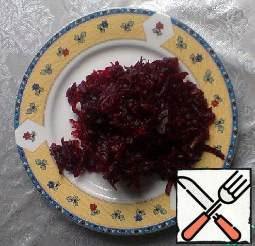Grate the beets. Add dill, garlic, salt and butter from the grape seed to the grated beet, mix.