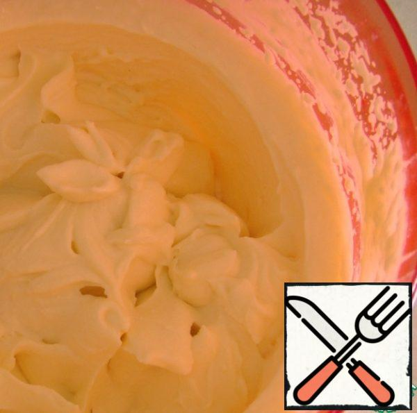 Whisk the cream with the icing sugar. And cover the sides of our cake and decorate.