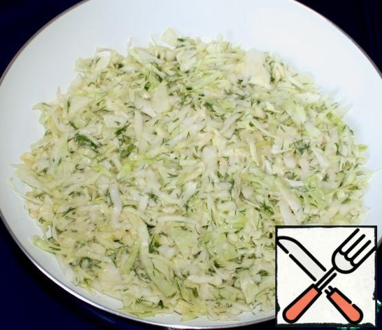 Grease the pan with vegetable oil, put half of the cabbage and level.