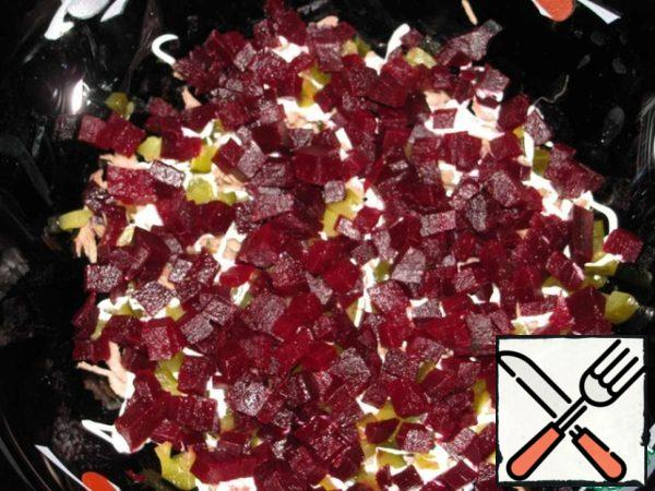 Beets cut into such same as cucumber cubes and sprinkle the next layer by layer.