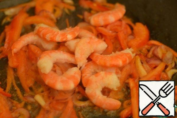 Then add the tomato, fry for a minute and add the peeled shrimp. Bring to taste, salt, pepper, add soy sauce and balsamic vinegar. Then a stew of minutes and remove from heat.