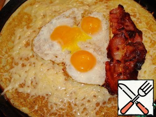 In the middle put the eggs, bacon slices.