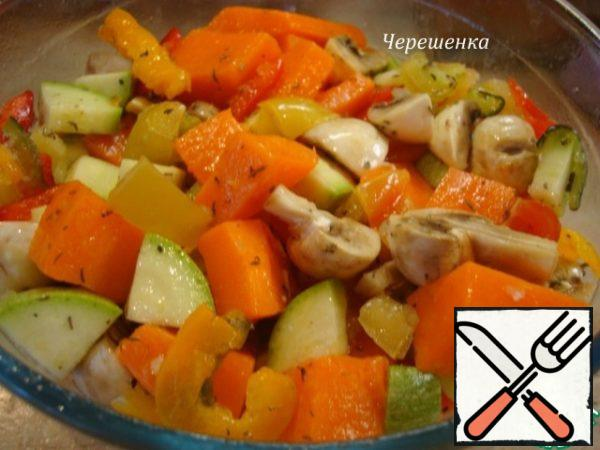 All vegetables and mushrooms cut into large cubes ... cherry cut into 4 parts... all folded into a large bowl, add the already fragrant oil with herbs, salt, pepper and mix gently…