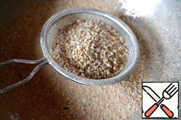The first step is to prepare buckwheat pancakes-the basis for biscuits. If the house was not buckwheat flour-trouble is easy to help. Grind in a coffee grinder so much, so much we need-it's a matter of minutes. Sift the flour through a fine sieve.