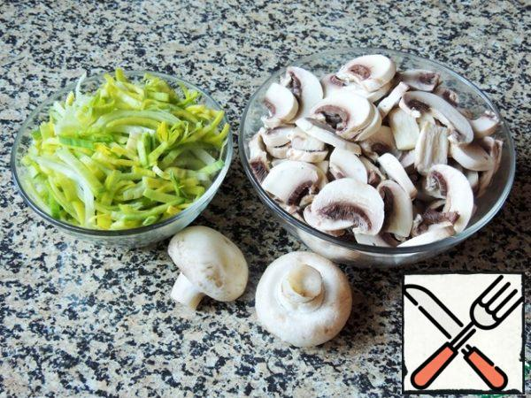 For the filling, cut the light part of the leek into half rings. Mushrooms cut into thin plates.