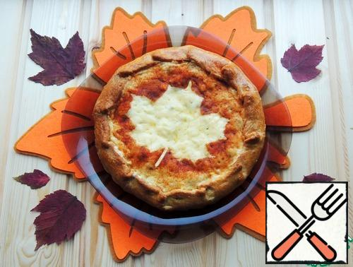 Pie to shift on a dish and (optionally) still warm to decorate. To do this, I lightly wet the dried maple leaf, put it on the cheese middle and sprinkled around with a sweet wig.