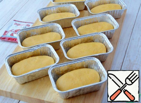 Put in oiled molds (I have rectangular shapes of aluminum foil with a volume of 150 ml)... rolls spread seam side down. If you make rolls in round shapes, then form a round bun.