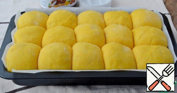 If there are no forms for small buns, you can form them in the form of a large bun with the sides like this, the size of the form 28/18 cm tall 4 cm. This is a photo as the option is still forming such rolls.