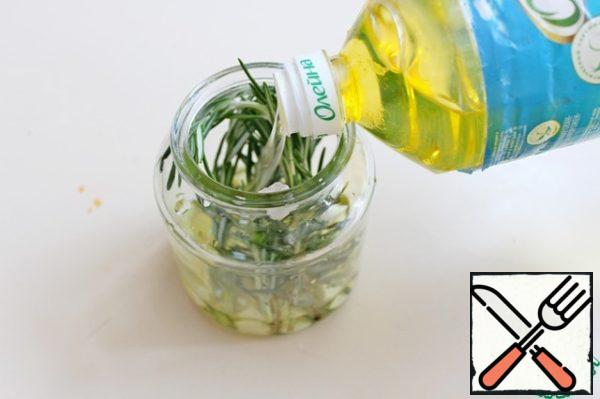 To prepare the filling we need rosemary fragrant oil. In a clean jar add SV rosemary and garlic cloves, pour vegetable oil. This oil can be stored for a long period.