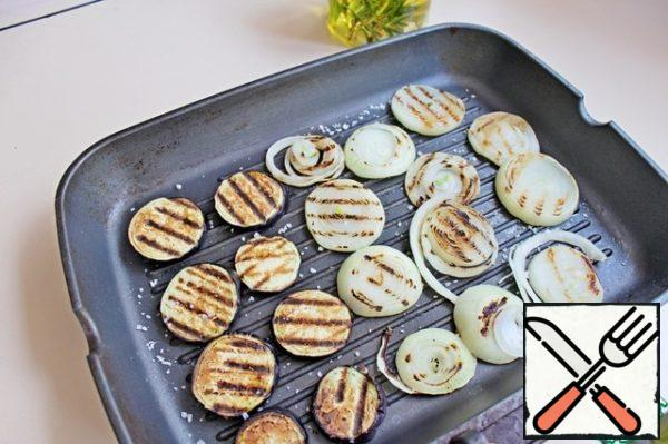 Cut eggplant into slices and fry on the grill on 2 sides. Onions cut into rings and also fry on the grill.