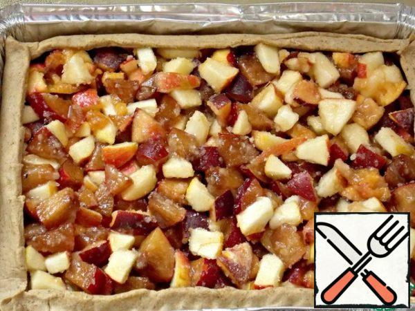 Fill the galette with the filling. For her we cut fruit medium cubes, mix with sugar and gelatin.