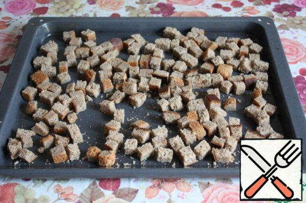 Cut into cubes and dry them in the oven brown bread at a temperature of 220*C for 15-20 min.