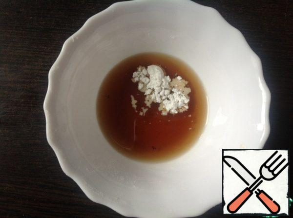 In a small bowl, mix balsamic vinegar, vanillin and corn starch until the starch is completely dissolved.