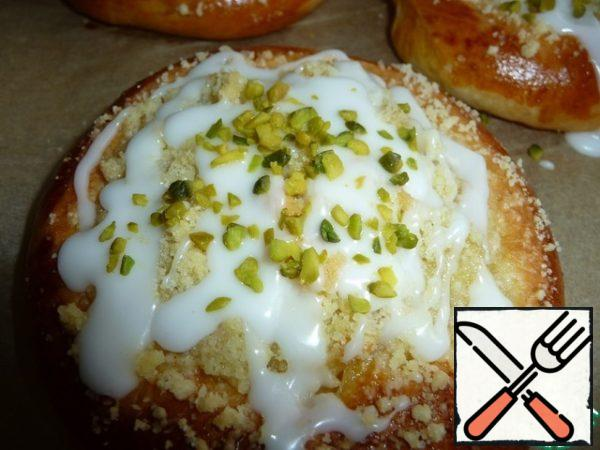 Cheesecakes cool to a warm state, then pour with a teaspoon of icing sugar. I used crushed pistachios as decoration.