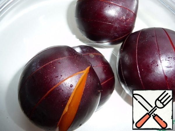 Wash the plum, cut into two halves, remove the bone and make cuts on the skin so that it does not break during baking.