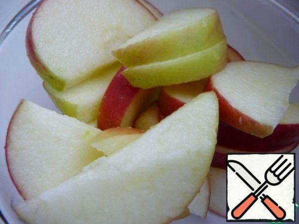 Wash apples, remove the core and cut into slices, sprinkle with lemon juice, so as not to darken.
