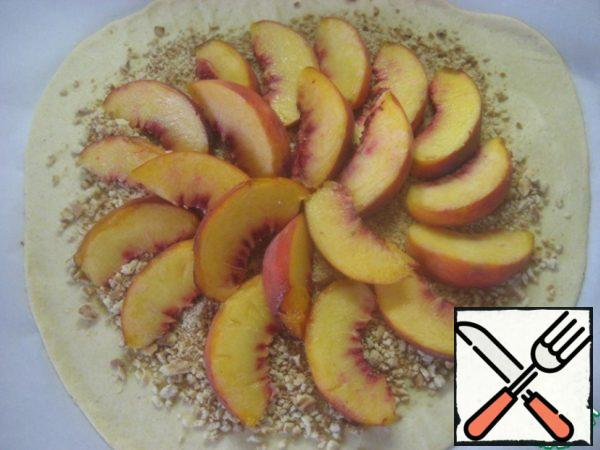 On top spread sliced peaches.