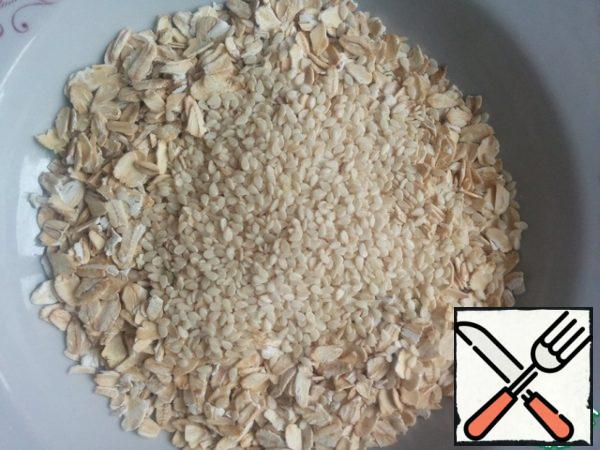 Mix the flakes with sesame seeds.