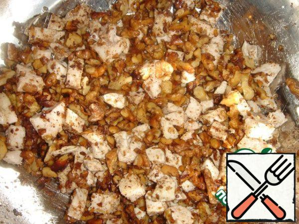 Add the nuts to the chicken together with the oil, which was fried, stir.