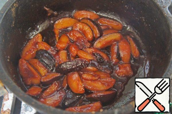 Put in a pan with sugar and cinnamon. Cook 5 minutes over high heat, whisking constantly, until plums are not caramel.