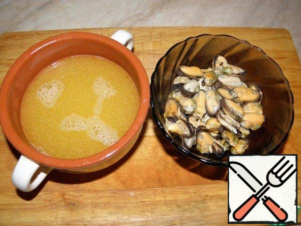 The resulting broth strain through a sieve. Mussels put in a bowl, cover and set aside.