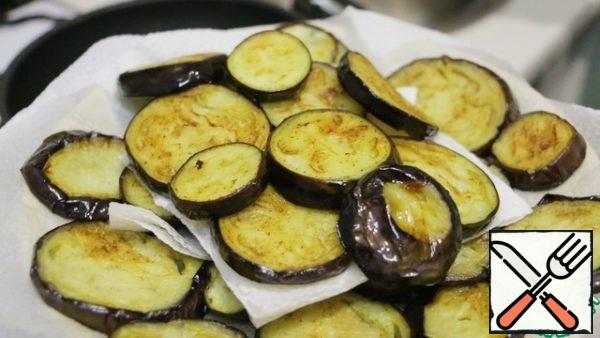 In vegetable oil fry the chopped eggplant. Soft and Golden pieces spread on a paper towel or napkin to remove excess oil, which absorbed the eggplant.