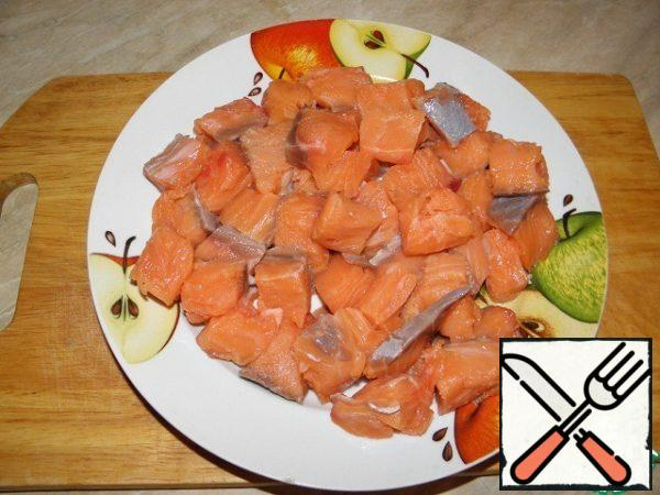 Fillet of salmon cut into cubes of 1.5-2 cm.