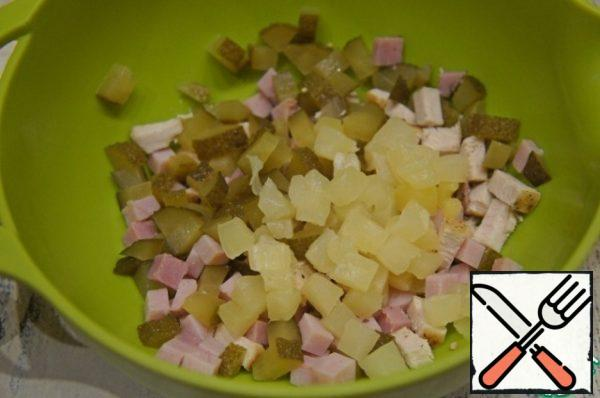 Pineapple slightly overcome the from excess syrup and cut into cubes, add to salad.