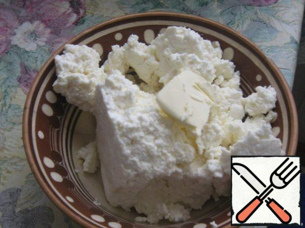 Cottage cheese with a small piece of oil to heat in the microwave (about a minute).