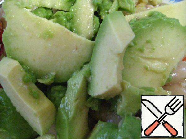 Avocado into slices.