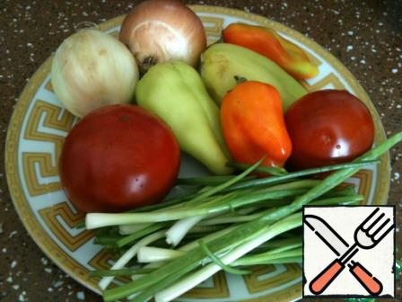 Prepare vegetables: onions and green, peppers clean, wash. Wash the tomatoes.