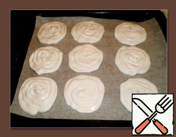 On baking paper draw circles. A teaspoon or a syringe to lay out on the baking sheet laid with paper round flat cakes.