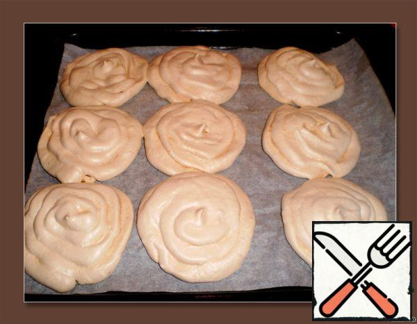 Preheat the oven to a temperature of 60-80 * C. Put meringue in the oven, bake for an hour. Leave to dry meringues in the oven for another hour.