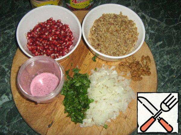 Nuts, garlic. Cut the onions into cubes. Chop the cilantro. Clean the grenades. Do pomegranate juice (or use ready).