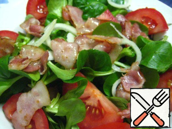 Preparing products. Well washed and dried lettuce.Vegetables wash, peel, cut into: tomatoes-large slices; onion-thin half-rings; beets-large cubes.Cut the bacon into small pieces and fry quickly without adding oil.