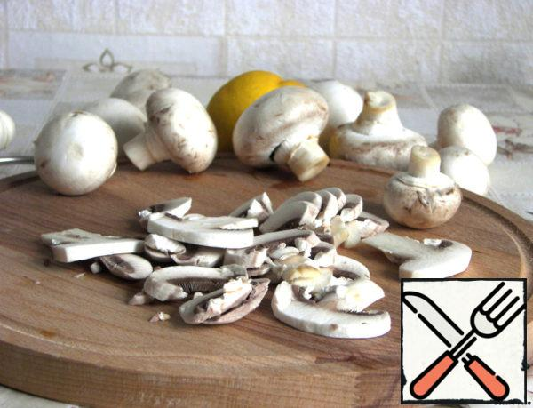 Mushrooms wash, dry, cut into plates. Fry them in olive oil until light Golden brown, literally 20 seconds on each side.