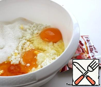 In a bowl mix cottage cheese, eggs, sugar, vanilla sugar.