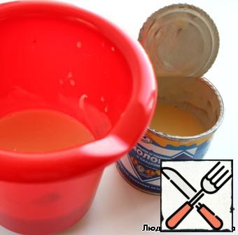 Prepare the sauce. Mix sour cream with condensed milk mixer until smooth.