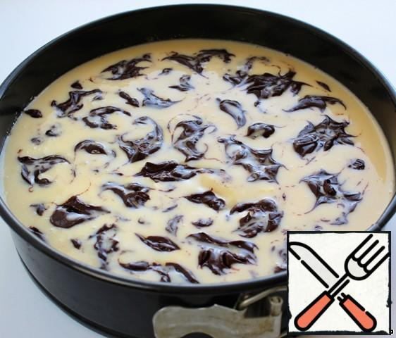 The finished cheesecake, without removing from the mold, hot pour a mixture of sour cream with condensed milk, put a spoon on top of a circle of melted chocolate and a toothpick to make divorces.