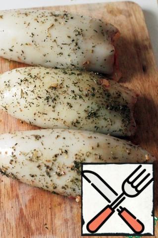 Stuffed squid received filling. If you have thick carcasses, you can first dip the squid in boiling water for literally 30 seconds.