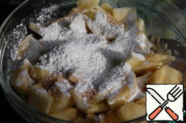 Prepare the filling: apples clean, mode into pieces, sprinkle with 3 tablespoons of sugar and 2 tablespoons of starch (in order to remove excess liquid and keep the shape of apples), stir.