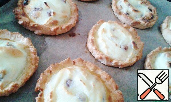 Send in the oven for 20-25 minutes to lightly browned cheesecakes.