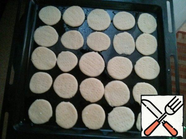 Spread on a lightly oiled baking tray. Bake for 5-7 minutes, depending on the thickness of the rolling. They bake fast, so you have to look.