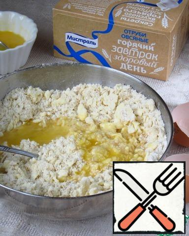 To break the egg in a separate bowl, stir the eggs part of the leave for lubrication of the test. Add to flour crumbs, half the egg and 1-2 tbsp ice-cold water, quickly knead dough.