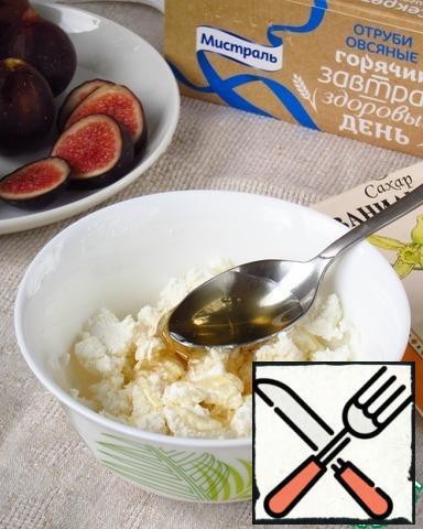 For the filling: figs cut into slices. Grind cottage cheese, honey and vanilla sugar.