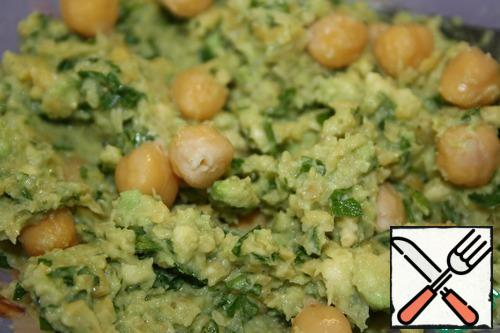 Then mix together the avocado, chopped chickpeas, herbs. Season with salt and season to taste. All mash with a fork or a pusher, mix. Add the whole chick peas and stir again.