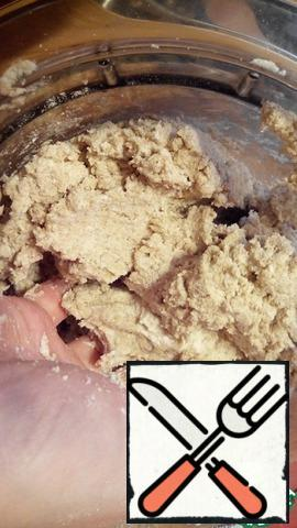 Add to the curd mass salt, baking powder and both types of flour. Knead the dough. Form a ball of dough, wrap it in film and put it in the refrigerator while we prepare the filling.