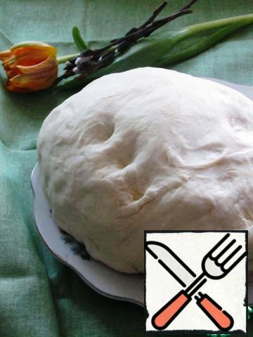 For the preparation of cheesecakes we need butter yeast dough. I took already pre-cooked by me and frozen.